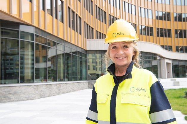 BKK-direktør Jannicke Hilland har i likhet med mange andre medarbeidere fått ny uniform. Nettdelen heter fortsatt BKK, mens produksjonen nå skal hete Eviny. FOTO: Arne Ristesund