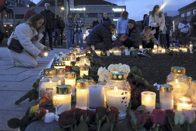 Mange har lagt ned blomster og tent lys etter at fem mennesker ble drept på Kongsberg forrige uke.