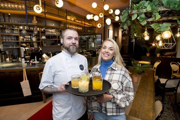 Kjøkkensjef Jørgen Sørheim og eier Anne Sofie Lie-Nielsen serverer også ulike limonader på spisestedet «Plassen» ved Tinghuset.