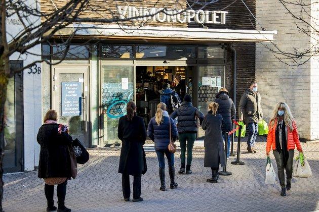 – Da Follo-utbruddet førte til at Vinmonopolet lukket dørene i Oslo og omegn, brøt det umiddelbart ut revolusjonære tilstander. Hvordan ville situasjonen ha artet seg om det samme skjedde i Bergen? Tilstandene hadde blitt kaotiske, også blant sindige vestlendinger, skriver Erling Gjelsvik. Foto: Jil Yngland / NTB