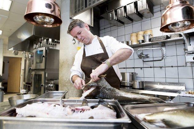 Det er sesong for skrei. Torsken er en fantastisk råvare, som gir en kokk mange muligheter. – Skrei er luksus, slår Raymond Mikkelsen fast.