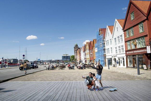 Det var langt mellom turistene på Bryggen i fjor sommer. Reiselivet er trolig næringen som vil slite mest med konsekvensene av korona. FOTO: SKJALG EKELAND