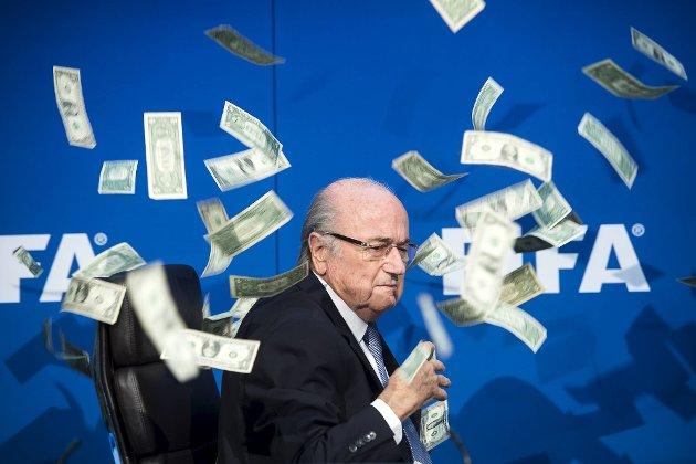 Sepp Blatter blir her pepret med penger etter  korrupsjonsanklager. Han og andre tvilsomme ledere har ødelagt mye, og idrettens anseelse kan skades ytterligere om OL blir gjennomført mot Japans befolkning sin vilje, skriver BA-sportens Jan Gunnar Kolstad i denne kommentaren.