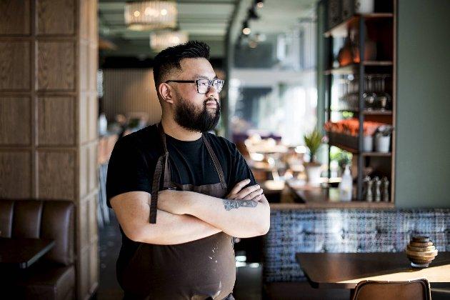Doan Khang lager friterte kyllinger med hjemmelaget burgerbrød på Danmarksplass. Han blander en rekke teknikker for å få ønsket smak.