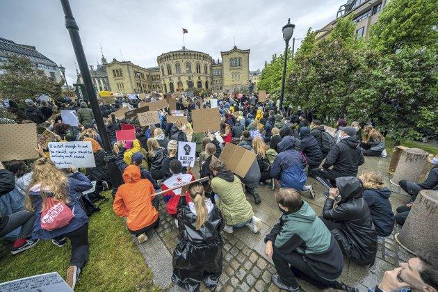 – Når noe er livsviktig, er det ikke ferdig etter en høylytt aksjon, skriver Filip Rygg. Bilde fra Black Lives Matter-demonstrasjon utenfor Stortinget i fjor etter drapet på George Floyd 25. mai 2020.