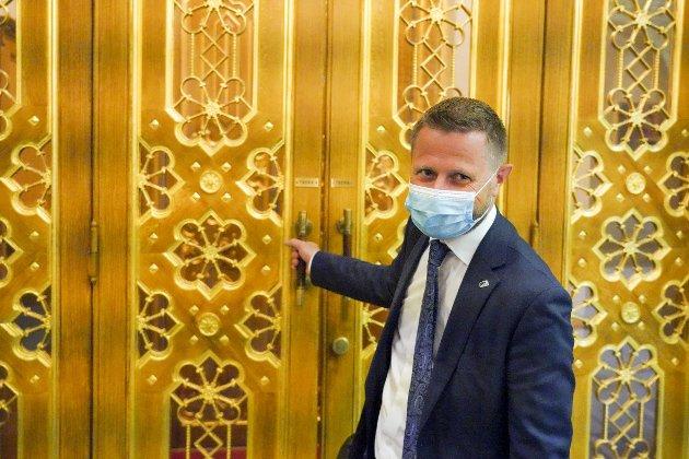 – Det er nesten uvirkelig hvor dårlig politisk håndverk regjeringen har bedrevet denne uken. Helseminister (Bent Høie på bildet) som sier nei takk til vaksine nå, fordi han ikke vil snike i køen, men mener ikke de andre sniker. FOTO: Ole Berg-Rusten, NTB