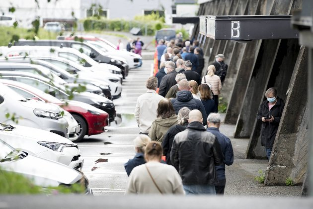 Torsdag var ikke køene så lange som de pleier. Bergenshallen klarer 1800 vaksineringer på en vakt, om byen får nok doser vel å merke.