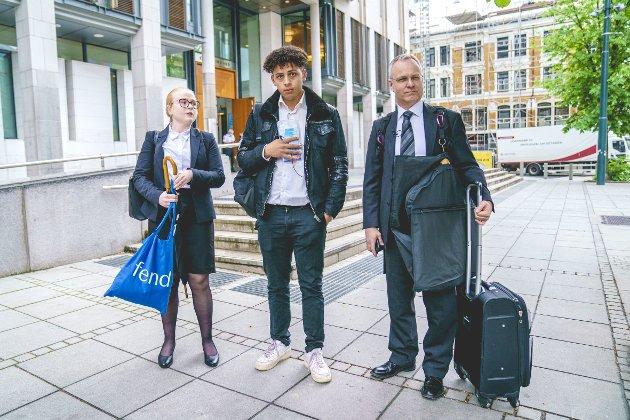 Mustafa Hasan (i midten) saman med advokatane Nicolai V. Skjerdal (t.h.) og Vilde Glosemeyer Havrevold (t.v) møtar Utlendingenemnda  i Oslo tingrett for å kjempa om vidare opphald i Noreg. Foto: Stian Lysberg Solum / NTB