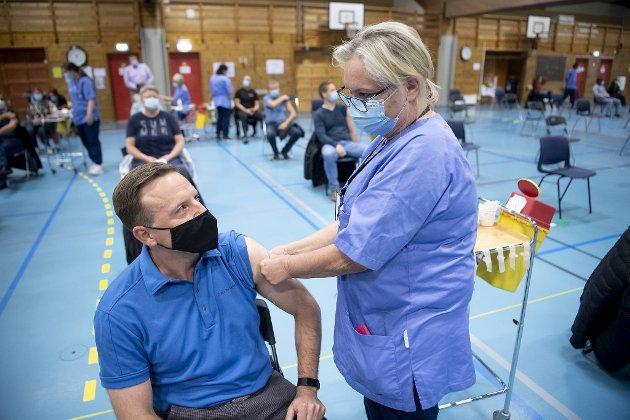 Vaksinestasjonene til Bergen kommune er et strømlinjeformet, profesjonelt og effektivt system. Straks er det vår tur til å få det berømte stikket av sykepleier Tove Holsen.
