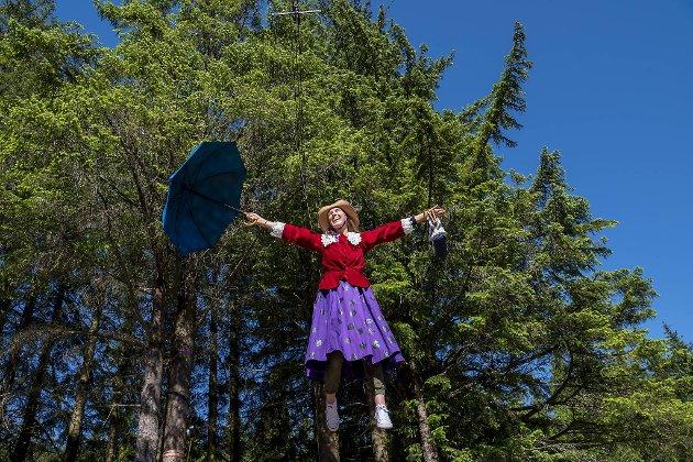 Her flyr Kristin Barsnes som Bestemor Skogmus med paraplyen sin.