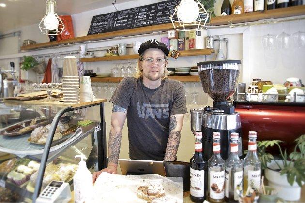 Baker Sondre Haug sørger for hjemmelagede boller, kaker, muffins og paier på Ambrosia i Inndalsveien på Minde.