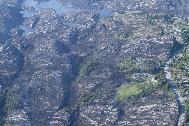 Enorme områder i terrenget er svidd av i Øygarden. Mange hus fikk flammene tett på seg. Bildet er tatt fra helikopter.