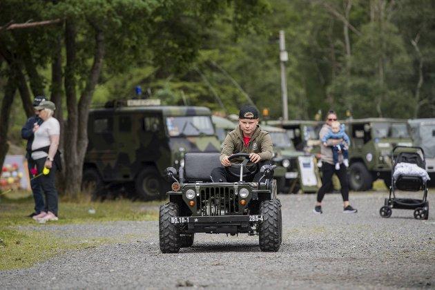 Robin Arnesen Dybfest (13) er fast sjåfør i den lille militærbilen, og køen var konstant da mange ville sitte i passasjersetet.