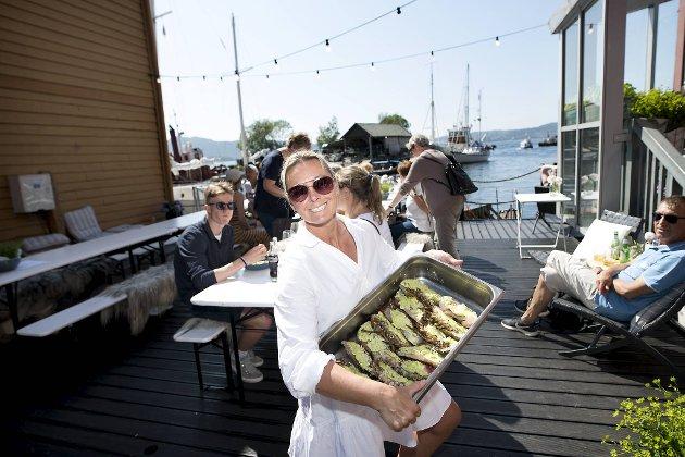 – Jeg håper det kan bli litt som sommeren i fjor, sier Janne Gullaksen. Eieren håper at mange vil ta turen til boden i Sandviken. Og kanskje smake grillet hummer?