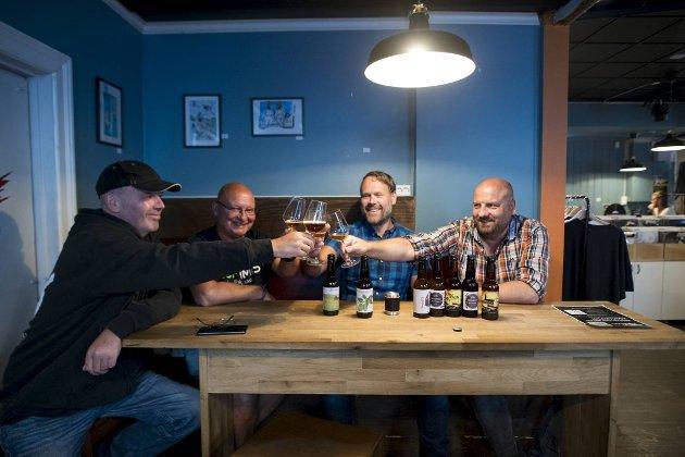 Etter to år med tørke kan endelig kan (til venstre) Rolv Bergesen invitere til ny ølfestival. Vidar Andersen, Tord Toft og Erlend Trellevik har fått i oppdrag å brygge festivalølet.