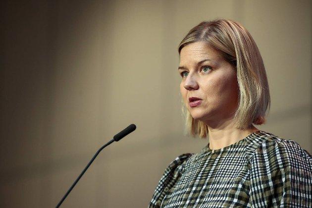 Kunnskapsminister Guri Melby (V) valgte å delegere ansvaret for vaksinering av lærare ned på kommunenivå. Det har kosta lærarane dyrt, meiner Ulvestad.