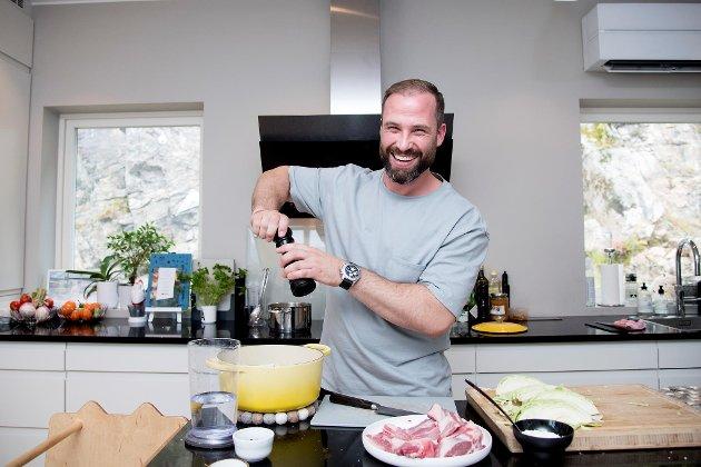 Adam Schive Bjerck er kjent som en av gründerne av Adams Matkasse, restauranten «Bjerck» – og nå også som billedkunstner. Han deler gjerne sine fårikål-triks med BAs lesere.