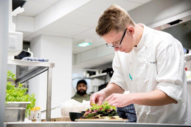 Jan-Gunnar Ingebrigtsen er sous-chef og Raymond Mikkelsens nestkommanderende på kjøkkenet i det nye kulturhuset i Vaskerelven.