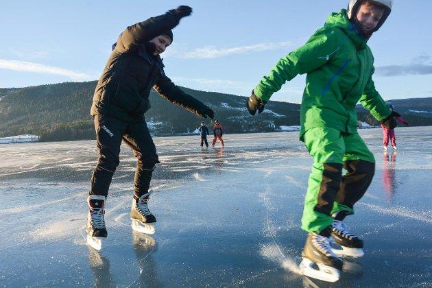 Hauk Hiåsen Molia (11) og Paul Bratterud Iversen (11) i skrens på isen ved Fragått. – Jeg har bare gått på skøyter her, og aldri på skøytebane, sier Paul.