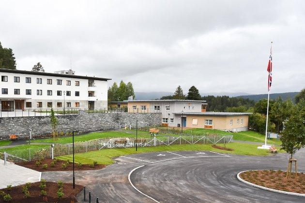 HØYRE ELLER VENSTRE: Skal personer som lever med demens fortsatt bo på Furulund bofellesskap (t.h.), eller skal de flyttes til et par etasjer i en opprustet Modumheim?