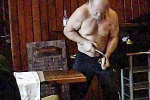 «TERK MANN»: Samson, allias John Harry Hasselquist ,fikk brynt seg mot dansken Sven under en jernbøyerkonkurranse i Hokksund på 70-tallet.