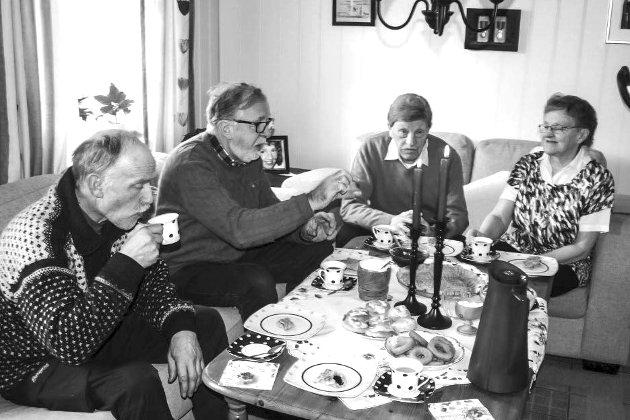 KAFFEBESØK: I gamledager måtte man gå på kaffebesøk for å få vite «nyheter» om naboen og andre folk i bygda. I dag er det mye lettere å sende en SMS. Illustrasjonsfoto