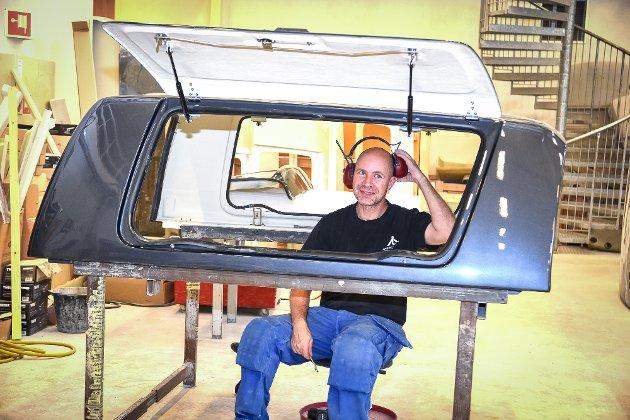 THOR HOLM PLASTVAREFABRIKK. Anders Hansen har vært ansatt i ett år. Han monterer hardtopper.