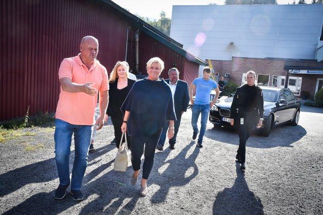 Finansminister Siv Jensen (FrP) på besøk hos Hæhre Entreprenør i Vikersund. Albert Hæhre og Siv Jensen i front for troppen.