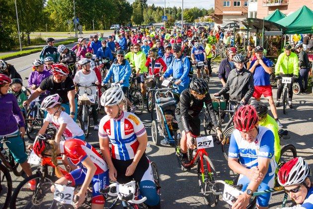 MYE FOLK: Drøyt 400 syklister hadde møtt fram for å hedre Johan Kaggestad i formiddagstimene lørdag.