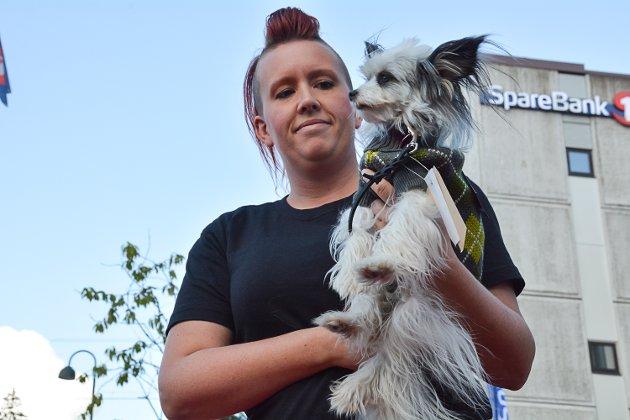 Pia er en blanding av nakenhund og papillon, og hun viste siste hundemote fra Dyregleden. Cecilie Lykke Larsen bærer.