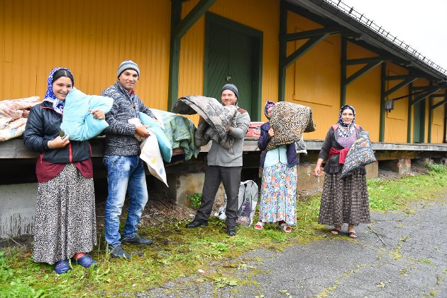 Romleir ved Åmot stasjon. Fra venstre: Budi( 27), Asan (33), Lenuta (29), Ibram Licuto (50) og Marusa Amide (28)