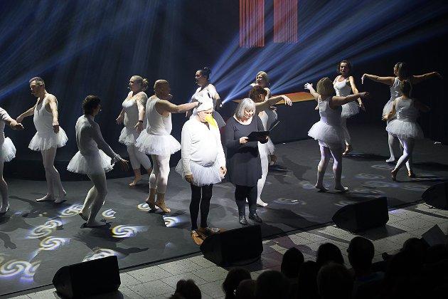 Fra premieren av revyen «Vi strekker galskapen lengere» av Modum Revy og Teaterlag i Modum kulturhus torsdag 22. februar 2018.