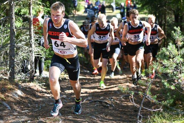 Thor Einar Hulløen fra Sigdal dro i gang motbakkeløpet, men måtte se seg slått til slutt. Martin Kirkeberg Mørk (t.v.) vant med Dag Sander Bjørndalen på andre plass.