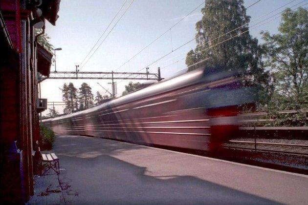 RAKK IKKE BUSSEN: Toget til Hokksund var forsinket med sju minutter. Dermed var bussen videre til Vikersund gått. Hva vil lokal- og fylkespolitikere gjøre for at det blir en tilfredsstillende koordinering mellom Brakar og NSB, spør pendler Vilhelm D. Nilsen.