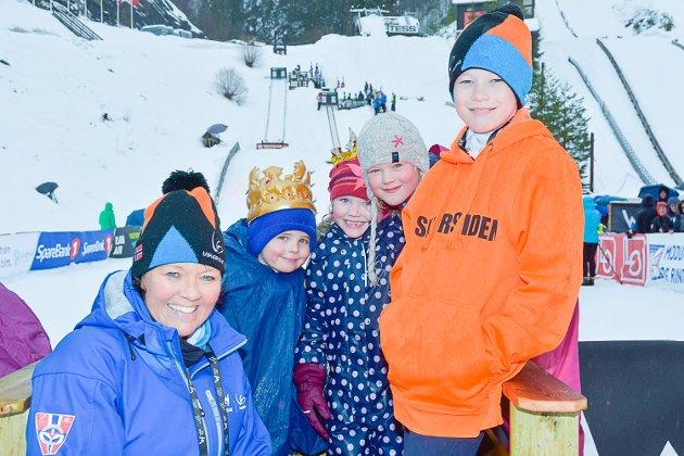 PÅ PLASS: Skipresident Wenche Backe, kong William Ekeberg, dronning Mari Fidjestøl, Ingrid Haraldseth og mini-skipresident Bjørn Erik Haugen.
