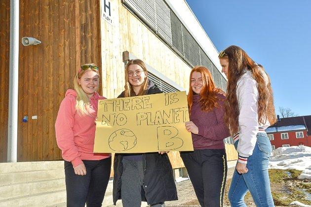 GÅR TIL STREIK: Thea Mathilde  Bergan, Esther Solhaug Fagerborg, Kristine Helskog og Ida Bremnes er blant elevene som forbereder seg på klimastreik i dag.