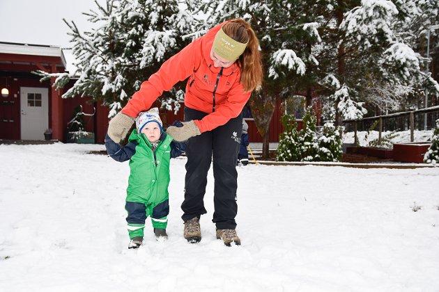 GÅR PÅ SNØ: For Emil Thorsby Aalton (1) var det første gang han gikk på snø. Her med god hjelp fra assistent Linda Majormoen.