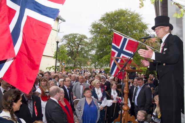 ÅRETS FEIRING BLIR ANNERLEDES: Det er sammenstimling som dette som Bernt Ludvig Wetteland (t. h.) og 17. mai-komiteen er opptatt av å unngå under årets feiring. Bildet er fra da Rune Nilson holdt talen for dagen ved Skrivergården.