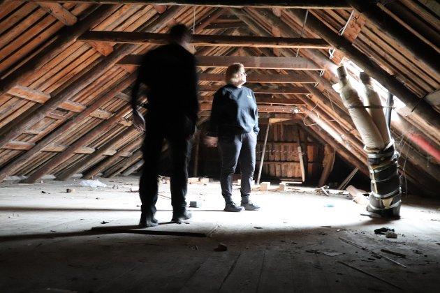 SKAL BLI LEILIGHETER: Råloftet i Torget 1a har sjelden vært råere enn det er akkurat nå. Her skal gulvet senkes, og rommet deles i to, slik at det kan bli del av to leiligheter.