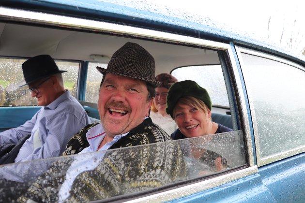 UT PÅ TUR, ALDRI SUR: God stemning i bilen til Frank Midtbø. Med seg hadde han Jan Arild Hegdal, Astrid Hegdal og Berit Midtbø.