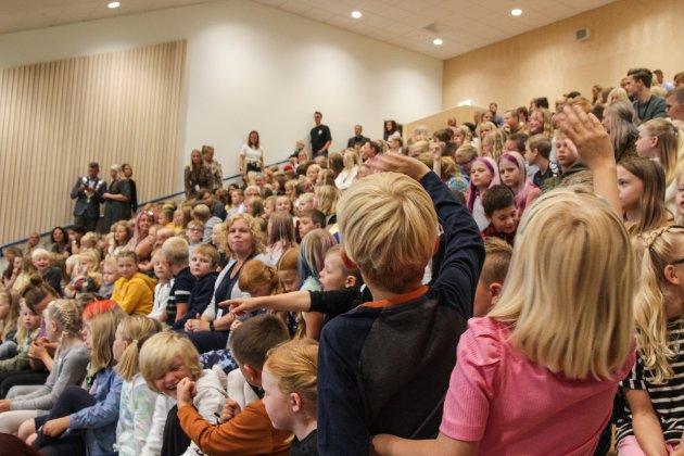 TILBAKE BLANT MEDELEVER: Etter en snarvisitt innom klasserommene, fikk alle elevene plass i den nye aulaen ved skolen. Her ble skolen offisielt åpnet.