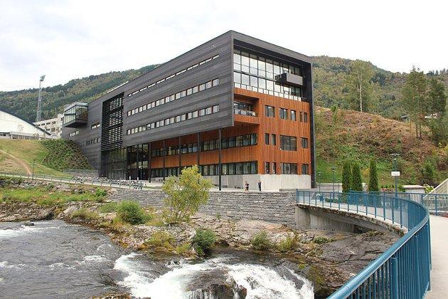 IKKE UTENKELIG: Grimstad, Sogndal (bildet) og flere mindre byer, som vi kan sammenligne oss med, har fått etablert slike campuser, heter det i dette leserinnlegget.