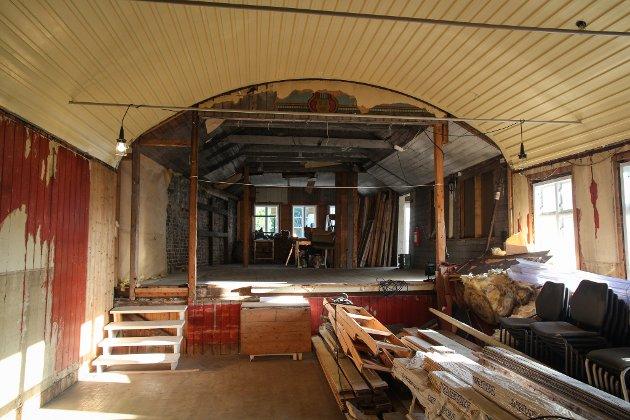 ELLINGSENS SAL: Perla i Ellingsens Hotel er teatersalen i andreetasje. Med tida har salen blitt bygget om til å romme både utleierom og kirkerom, og åpninga til teaterscenen ble stengt. Nå har ekteparet Jacobsen revet veggene og åpnet scenen opp igjen, og deres plan er å tilbakeføre salen til sin storhetstid, slik den så ut i 1894.