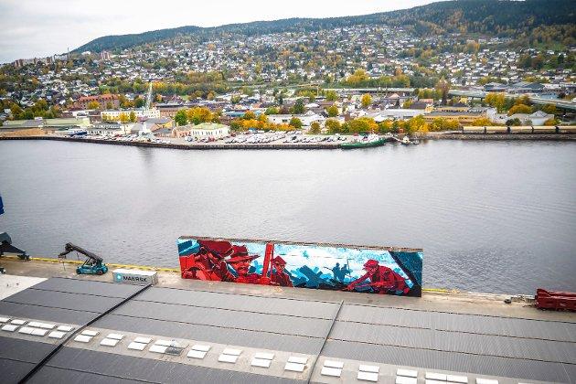 DRAMMENS STØRSTE: Slik ser gigant-graffitien ut fra 60 meters høyde.