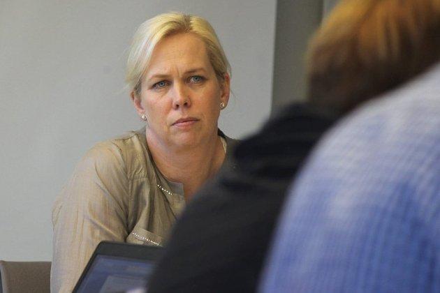BLE PROVOSERT: Vanligvis blide Elin Weggesrud, sa klart ifra til Tore O. Hansen om hva hun mente om behandlingen Sande har fått av Drammen i saken om mangel på svar om forlengelse av vannavtalen.  Bildet er tatt i en annen sammenheng.