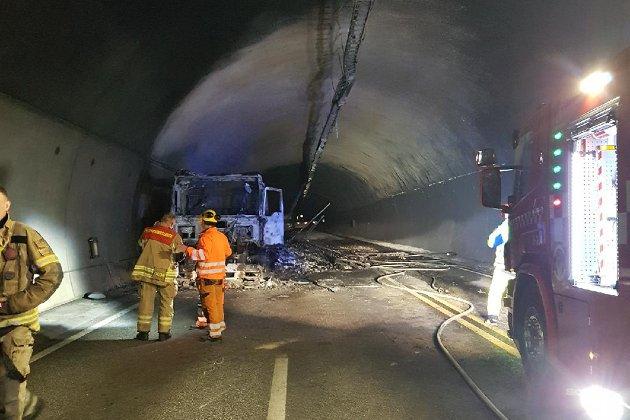 STRIDENS KJERNE: Oslofjordtunnelen. Her er brannmannskap ved det utbrente vraket av lastebilen i Oslofjordtunnelen tidligere i måneden.