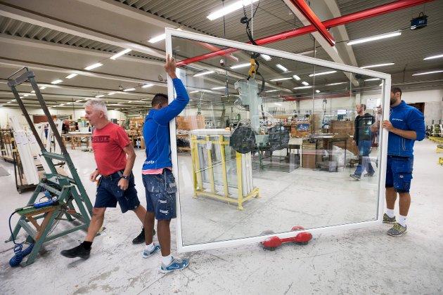 VINDUSHISTORIE: Fjerdingstad Trevarefabrikk startet opp allerede i 1949, og fra starten av 60-tallet satte det som nå heter H-vinduet Fjerdingstad AS i gang produksjon av «husmorvinduet». Her f.v Hajrudin Pehadzic, Alexis Kayembe og Salih Mutu.