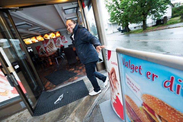 «VALGET ER DITT». For kundene på Donna gatekjøkken står valget mellom stor eller lliten burger. Baljit Singh åpner dørene for nok en dag i gatekjøkken-bransjen.