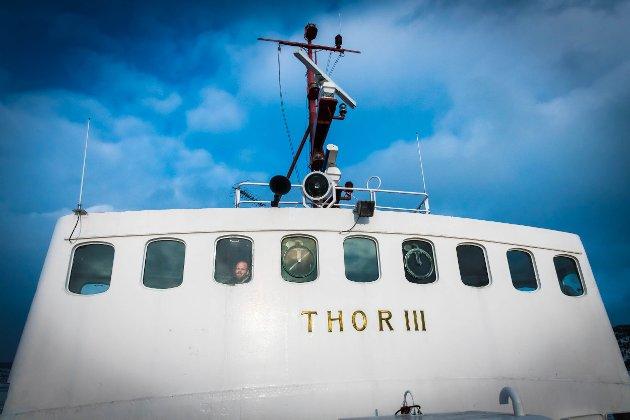 Skipper Kim Magnus kikker ut over fjorden. Den samme utsikten har folk hatt i seksti år. Samme fjord. Samme jobb. Holde fjorden mest mulig fri for is.