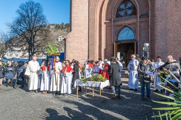 oppmøte utenfor Bragernes Kirke. Salmer og bønn fra både den katolske og den Norske kirke.
